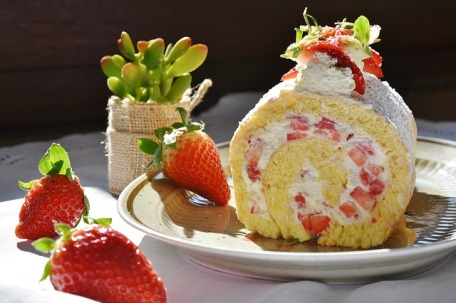 strawberry-roll-cake